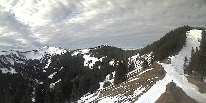 Webcam 05 zeigt von li nach re Riedberger Horn, Ochsenkopf und Weiherkopf